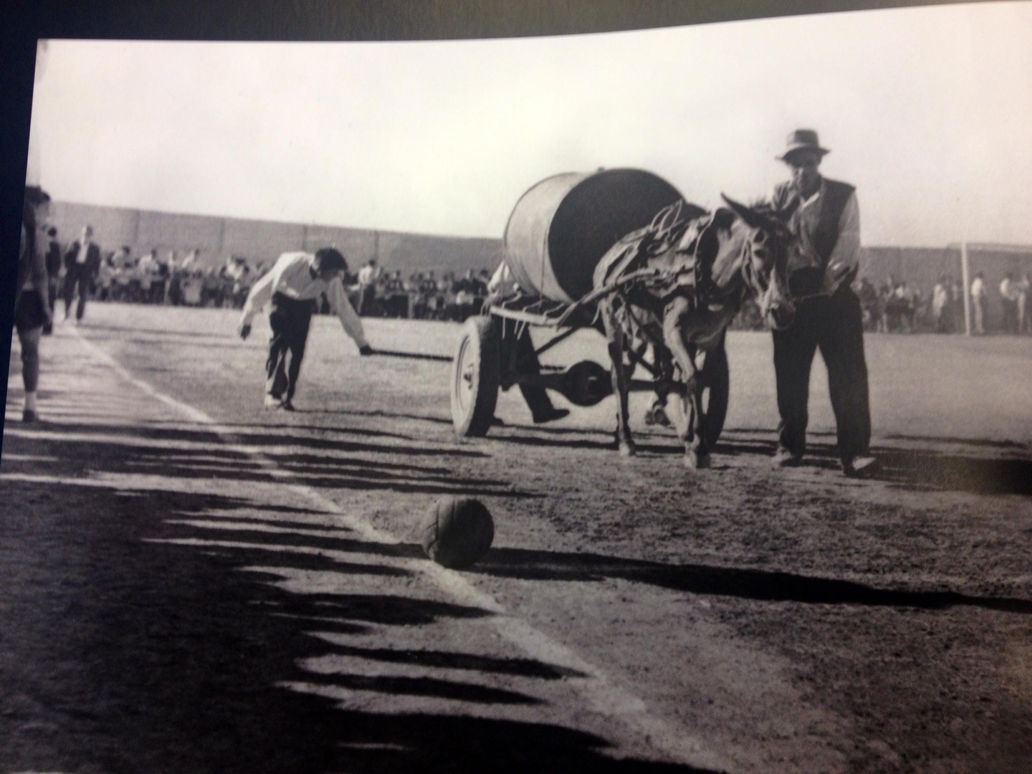 Partido en 1960 entre el Sevilla y el Llerena, antes de comenzar el juego salía una cuba de agua encima de un carro tirado por un burro.